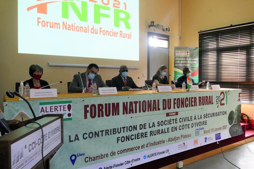 La table de séance lors de la cérémonie d'ouverture du Forum